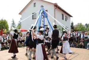Der Anzinger Trachtenverein zeigt einen typischen Maibaumtanz