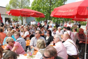 Mehrere hundert Besucher kamen nach Purfing um den 1. Mai zu feiern